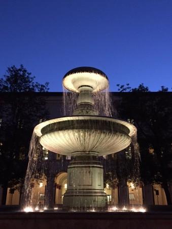 Uni Brunnen in der Nacht_Copyright Sabrina Hasenbein